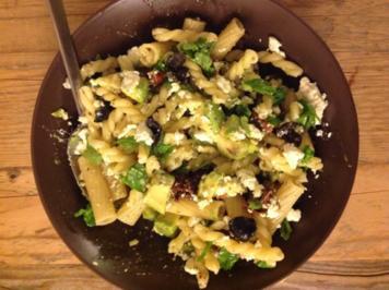 Pasta mit Avocado, getrokneten Tomaten, Oliven und Feta - Rezept