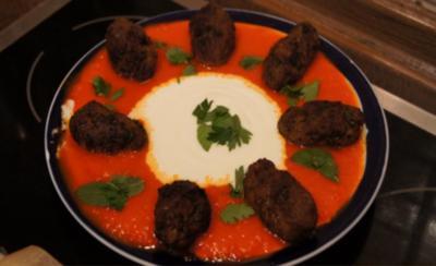Rezept: Köfte mit Paprikasauce und Jogurt