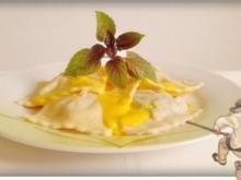 Schwäbische Maultaschen mit pikanter Käse Sauce nappiert - Rezept