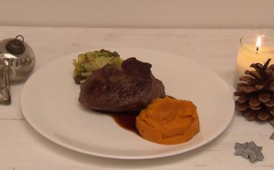 Rinderfilet an Wirsing und Kürbispüree mit Rotweinsoße - Rezept