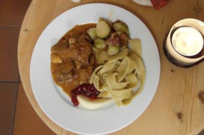 Wildschweinragout mit Rosenkohl und Bandnudeln - Rezept