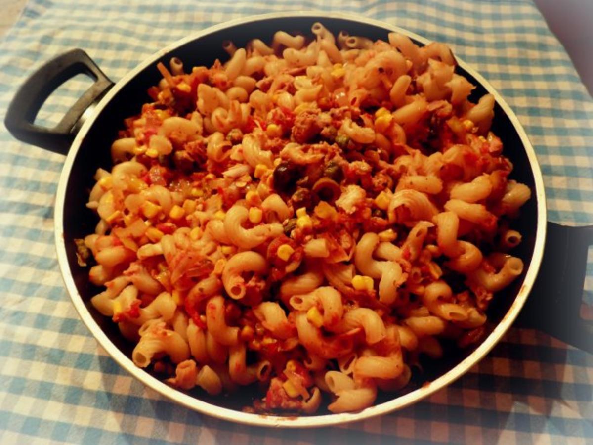 schnelle thunfisch mais tomaten pasta rezept. Black Bedroom Furniture Sets. Home Design Ideas