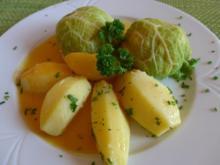 Wirsingkohl - Rouladen mit Salzkartoffeln und Kürbissoße - Rezept