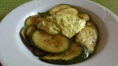 In Zwiebeln angelassene Zucchinischeiben mit Oleolux* und Budwig-Dip - Rezept