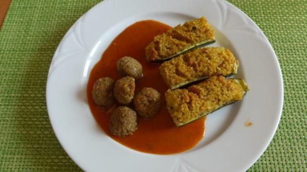 Gefüllte Zucchini - Schiffchen an Tomaten - Kürbis - Soße dazu Grünkernbällchen - Rezept - Bild Nr. 2
