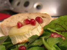 Gebackener Ziegenkäse auf Wildkräutersalat mit Granatapfel-Balsam (Benjamin Heinrich) - Rezept