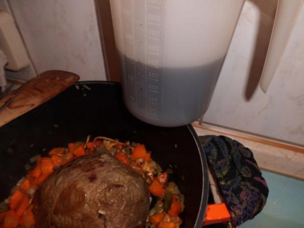 Fleisch, Rind: Rinderbierbraten mit Bier-Chili-Soße an Klößen und Rosenkohl - Rezept - Bild Nr. 3