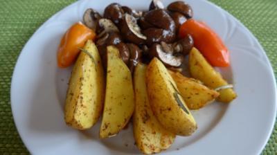 Ofenkartoffeln mit Zwiebel - Champignon und  Budwig - Quark - gefüllten Paprikaschoten - Rezept