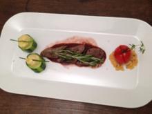 Lammfilet an Rotweinsauce mit Kartoffel-Zucchinitürmchen, Ofentomaten und Parmesantaler - Rezept
