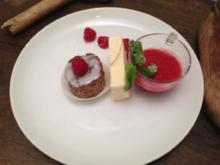 Weißes Schokoladen-Parfait, Himbeersüppchen, Nusstörtchen - Rezept