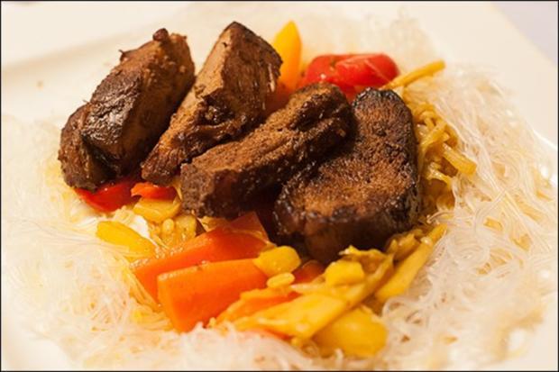 Knusprige Ingwerente mit Gemüse aus dem Wok und Glasnudeln, Hauptspeise - Rezept