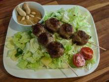 Kugelspieße mit Erdnußdip auf Hot-China-Salat - Rezept