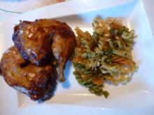 Glasierte Hähnchenschenkel auf buntem Knobi-Nudelbett - Rezept