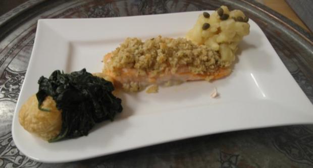 Macadamia-Lachsforelle mit Kartoffeltartar & jungem Spinat auf Blätterteigtalern - Rezept