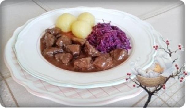 Hirschgulasch mit Rotkohl und Kartoffelklößen - Rezept