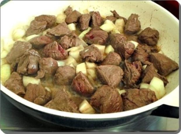 Hirschgulasch mit Rotkohl und Kartoffelklößen - Rezept - Bild Nr. 7