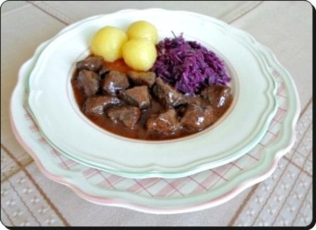 Hirschgulasch mit Rotkohl und Kartoffelklößen - Rezept - Bild Nr. 19
