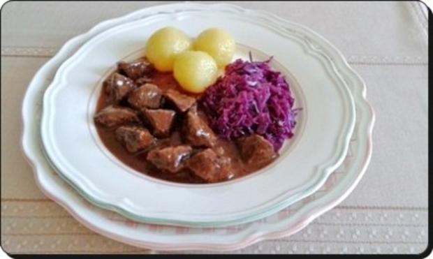 Hirschgulasch mit Rotkohl und Kartoffelklößen - Rezept - Bild Nr. 20