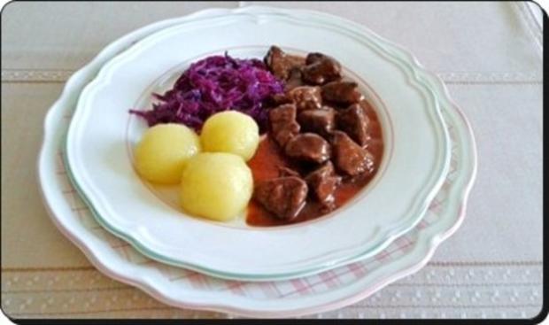 Hirschgulasch mit Rotkohl und Kartoffelklößen - Rezept - Bild Nr. 2
