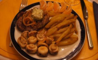 Rostbeef mit Champignons, Zwiebelringen und Pommesfrites - Rezept