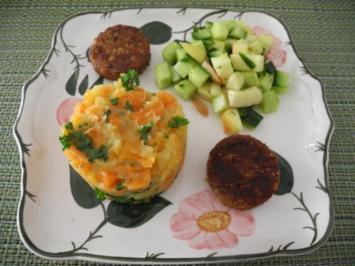 Rezept: Karotten-Kartoffelstampf mit Petersilie / Grünkernbratlinge / Gurken-Apfel-Salat