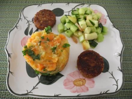 Karotten-Kartoffelstampf mit Petersilie / Grünkernbratlinge / Gurken-Apfel-Salat - Rezept
