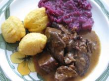 Dahmhirschgulasch mit Kartoffel-Nocken und Rotkohl - Rezept