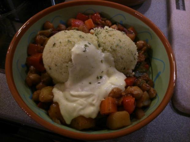 Couscous mit Kichererbsengemüse und Safransahne - Rezept