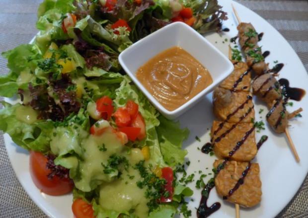 Marinierter Tempeh und Veggi Hähnchenspieß an gemischtem Salat dazu ein Erdnuss - Dip - Rezept