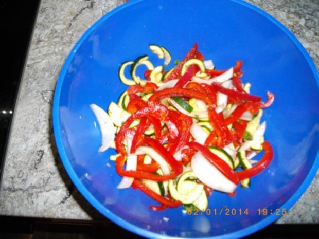 Hähnchenschlegel mit Ofenkartoffeln und Ofengemüse - Rezept - Bild Nr. 2