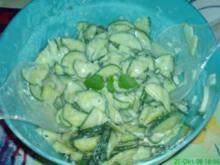 Gurkensalat mit Zitronenmelisse - Rezept