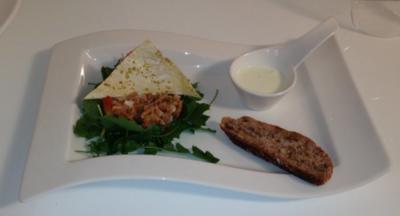 Lachstartar mit Wildkräutersalat, Wasabi-Crème fraîche und Walnussbrot - Rezept