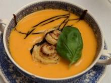 Kürbissuppe mit Blätterteig- Pesto Schnecken - Rezept