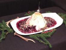 Eisbombe mit Kokosblütenzucker-Pistazien-Krokant und heißem Waldobst - Rezept