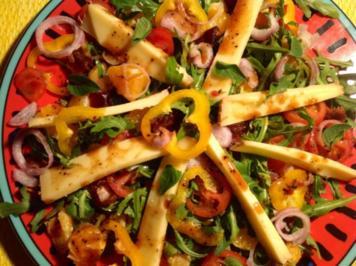 Fruchtiger Rucola-Salat mit Erdmandel-Dattel-Dressing und Käse - Rezept