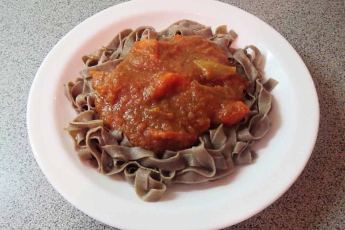 kochen auberginen tomaten sauce mit paprika zu oliven nudeln rezept. Black Bedroom Furniture Sets. Home Design Ideas