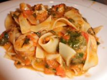 Pfannegericht: Tomaten-Spinat-Mozzarella-Pfanne mit Garnelen und Bandnudeln - Rezept