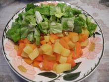Gewürfelte Kartoffel - Möhrengemüse mit Salat - Rezept