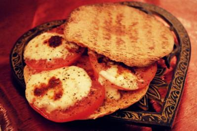 Rezept: Pikanter Snack: Italienische Tomaten-Mozzarella-Pitabrote