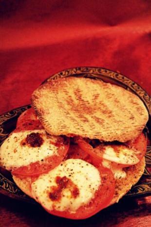Pikanter Snack: Italienische Tomaten-Mozzarella-Pitabrote - Rezept - Bild Nr. 2