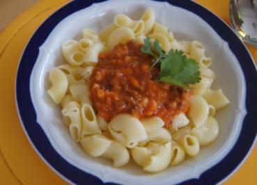 Nudeln mit Sauce und Salat - Rezept