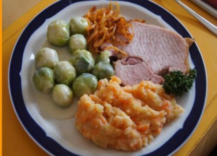 Kassler-Kotelett mit Rosenkohl, Röstzwiebeln und Möhren-Kartoffelstampf - Rezept