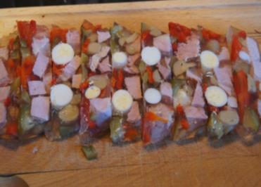 Sülze mit Kassler-Kotelett, Wachteleiern und Gemüse - Rezept