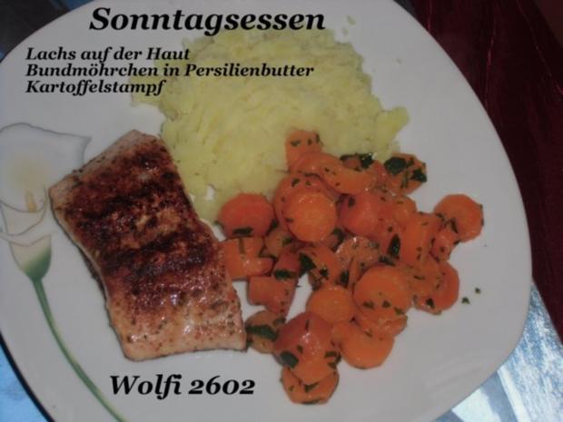 Fisch : Lachs auf der Haut, Bundmöhrchen mit Petersilienbutter, Kartoffelstampf - Rezept