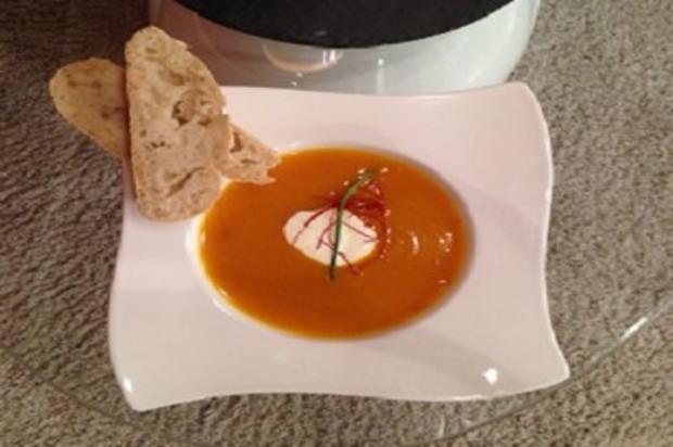Kürbis-Curry-Suppe mit selbst gebackenen Baguette - Rezept