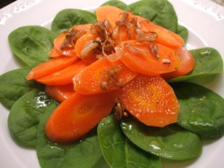 Salate: Vanille-Möhren mit Orangendressing auf Babyspinat - Rezept