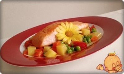 Gebratenes Lachsfilet auf Gemüsebett, mit Gänseblümchen garniert - Rezept