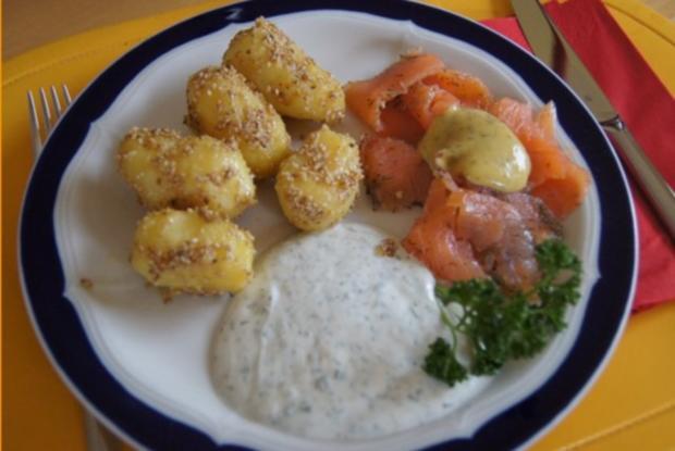 Sesamdrillinge mit Lachs, Senf-Honig-Sauce mit Dill und Kräutercreme - Rezept
