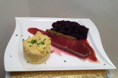 Roastbeef mit Calvados-Rotkohl, Kartoffelstampf an Portwein-Rotwein-Reduktion - Rezept