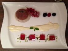 Rote-Grütze-Parfait mit pinkem Champagner-Minze-Gelee an Sauce der Tahitivanille - Rezept